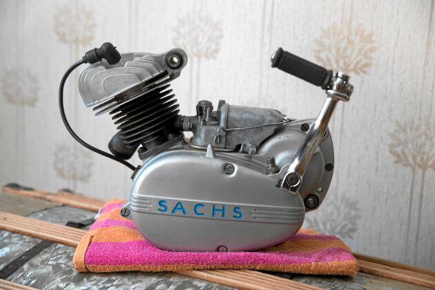 Den fabriksnya, helt oanvända gamla Sachsmotorn finns i dag uppställd som prydnad i ett av parets rum i villan hemma i Råneå.