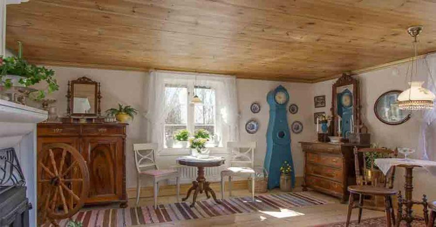 Vardagsrummet har trägolv och öppen spis.