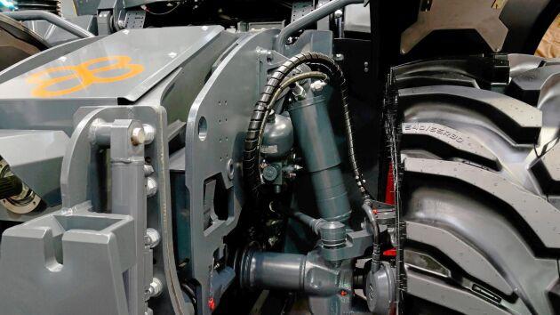Traktorn nivellerar både i längs- och sidoled.