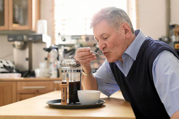 Proffs på provsmakning av kaffe sörplar också. Det smakar mer.