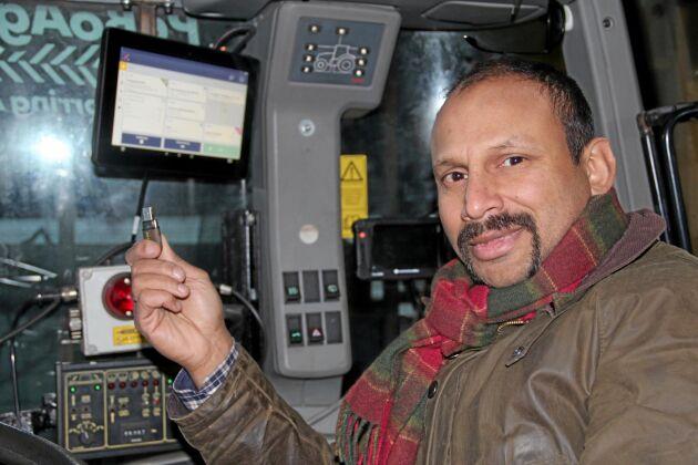 Med USB-minnet överför Peter Borring gödseltilldelningskartan till traktor-GPS-skärmen