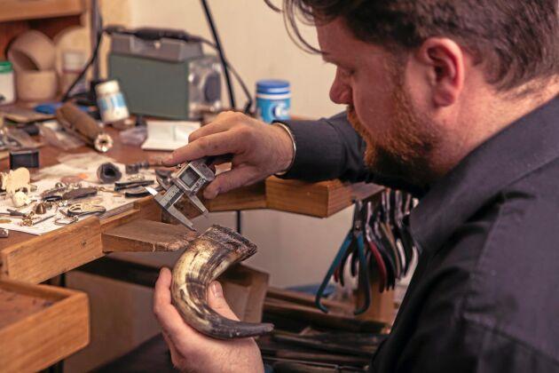 Här tillverkas knappar av dexterhorn.