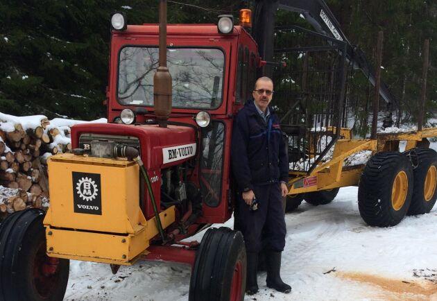 Till sin skogstraktor har Karl-Olof kopplat en Rottne Blondin-kärra.