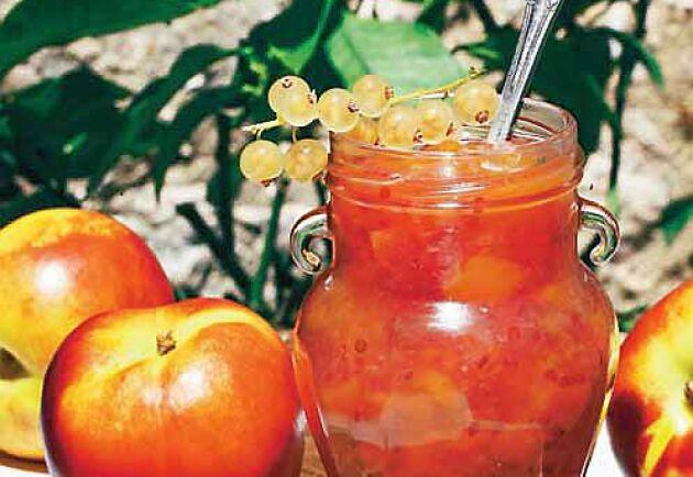 Vinbärssylten blir lika god på röda som vita vinbär.