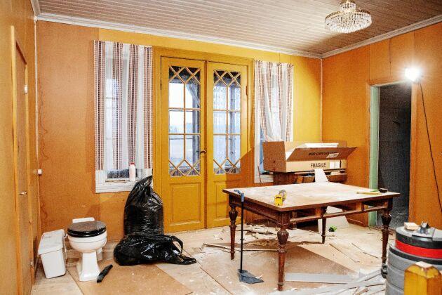 På övervåningen jobbade Johan och Emilia mot klockan för att få sitt badrum klar, som ligger innanför dörren till höger.