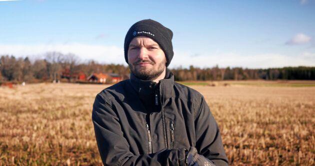 Karl Fernholm hoppas spara pengar på ekologisk gödsel genom att ha fälten bevuxna hela året och på så sätt få fart på marklivet.