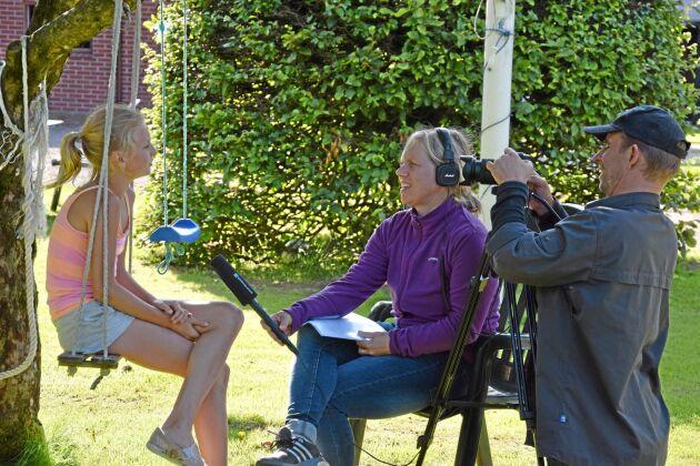 Wilma Svensson, 11 år, är här mitt i filminspelningarna där hon intervjuas av Anna Cassel och fotograferas av Fredrik Blomqvist.