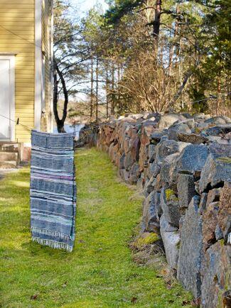 Runt hela huset går en magnifik stenmur som byggde av skolans första lärare och elevkull i slutet på 1800-talet.
