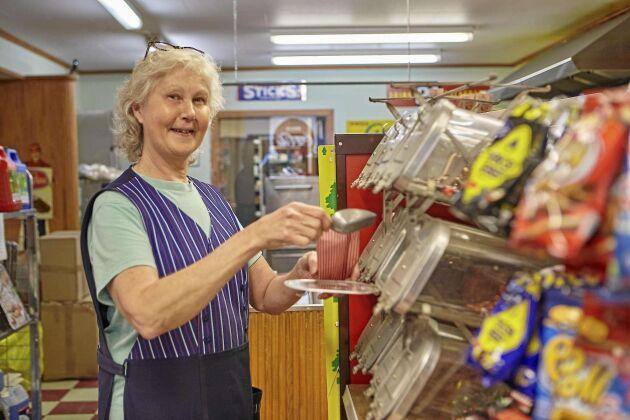 Monica älskar arbetet i livsmedelsaffären och kontakten med kunderna. Plockgodis finns såklart att köpa.