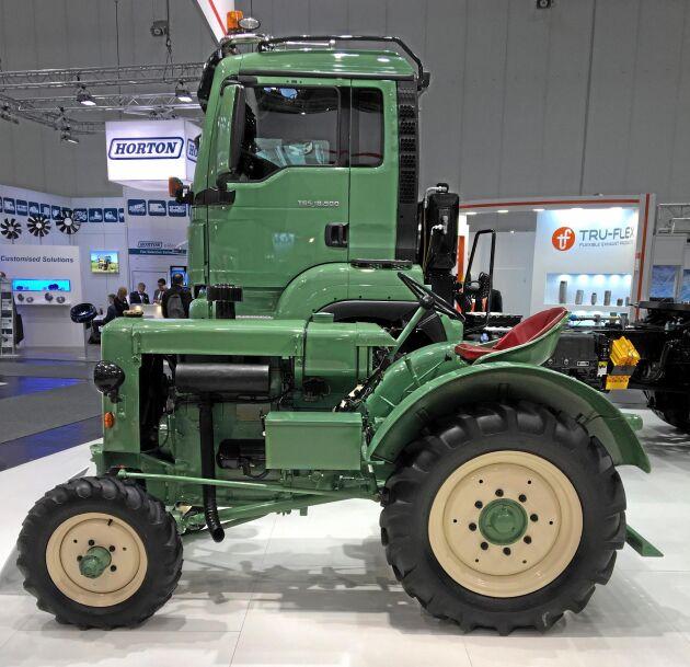 Traktor och lastbil sida vid sida på Agritechnica.
