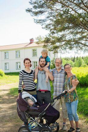 Daniels föräldrar, Christina och Ulf Johansson, är till stor hjälp med barnbarnen.
