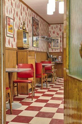 Inredningen i restaurangen och fiket ger en känsla av svenskt 1950- och 1960 tal.