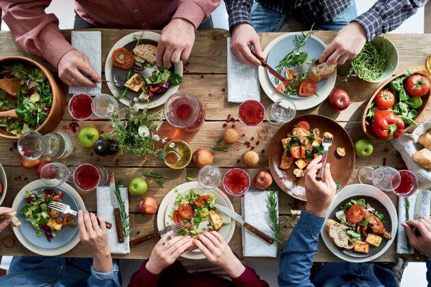 Stockholms stads matstrategi för olika verksamheter måste skrivas om med tydliga vegetariska mål och köttbegränsningar.
