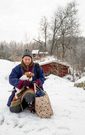 Robert, här med hunden Tora, tycker att han lever sitt drömliv med gården och butiken.
