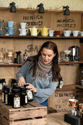 Anna ställer i ordning i sommarbutiken. Hon och Daniel gör det mesta själva, även etiketterna på teburkarna. Numera finns det dock plats för ytterligare två anställda i firman.