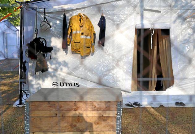 De utländska brandmännen får bo i förläggingstält på Camp Färila.