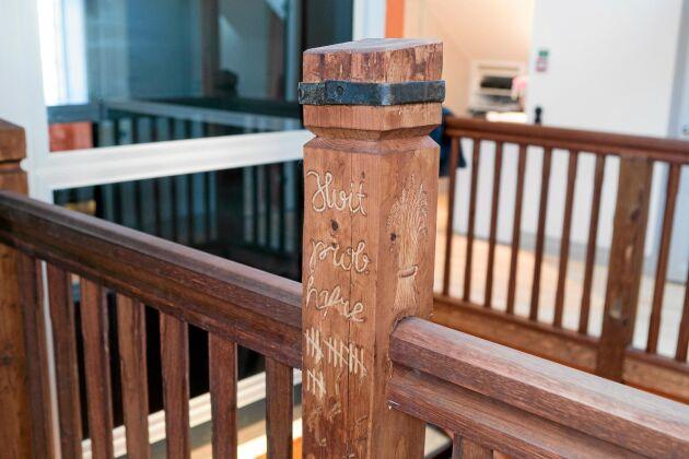 Bildhuggare har huggit in inskriptioner från det gamla magasinet i pelarna som leder upp till andra våning.