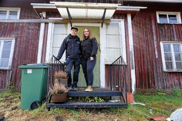 Felix Näsström och Felicia Berggren ute på farstukvisten.