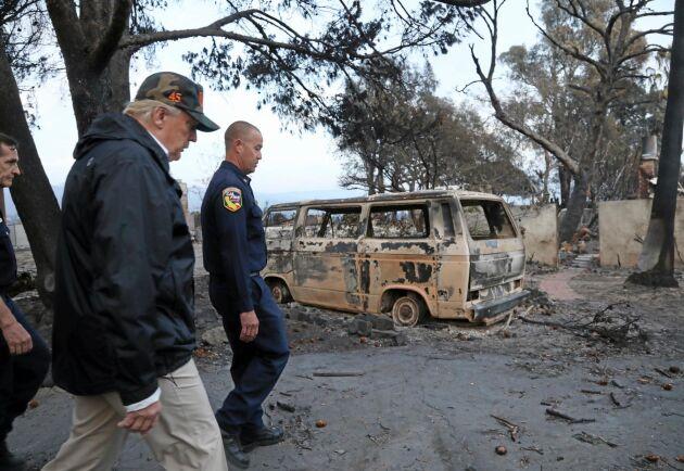 Donald Trump besöker ett eldhärjat område i Malibu, Kalifornien.