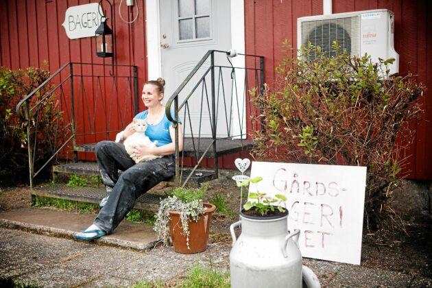 Sara är lycklig över sitt och pojkvännen Mattias nya. lantliga liv den gamla gården i Öre. Här kan hon förverkliga drömmen om ett bageri och kafé.