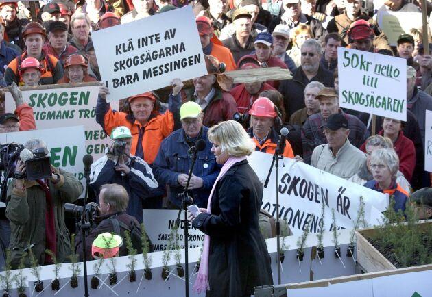 LRF arrangerade en manifestation i Stockholm till stöd för stormdrabbade skogsägare, som samlade omkring 2000 personer på Sergels Torg. Dåvarande infrastrukturminister Ulrica Messing höll tal.