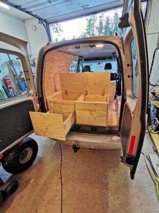 Under och bakom soffdelen finns fiffiga utdragbara lådor.