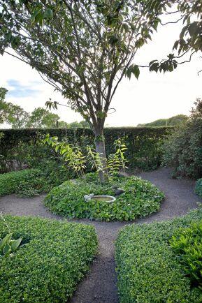 Den lilla rundeln med ett japanskt körsbärsträd och fågelbadet inbäddat av murgröna har tillkommit på senare år, men har gjorts i samma stil som trädgården i övrigt.