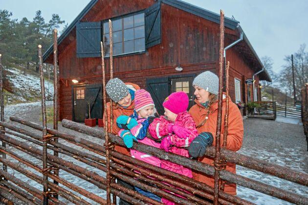 Utomhusdagis. Pedagog Maria Fredriksson, Julie, Lovisa och pedagog Stina Myhrberg framför förskolan Rödkullan.
