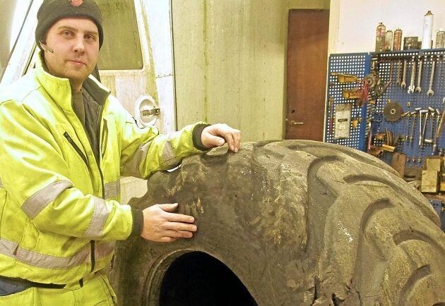 Alexander Elofssons företag har en särskilt verkstad för lagning av däck.
