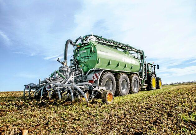 Med John Deeres gödselsensor bak på gödseltunnan går det att styra spridningen av kväve på ett effektivt sätt.