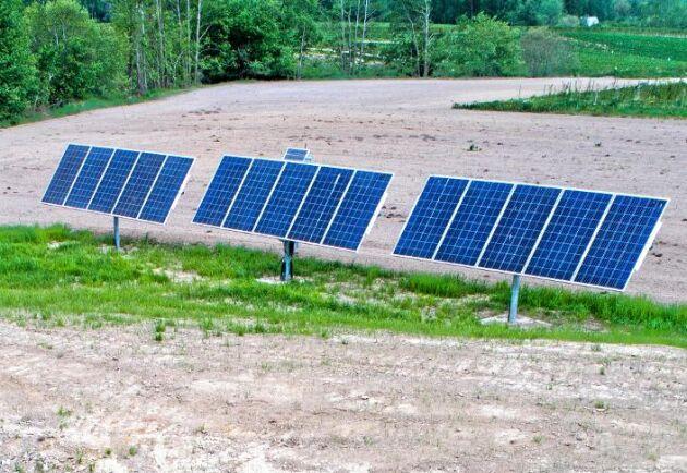 Solkraft. 15 solpaneler försörjer pumpen med energi.