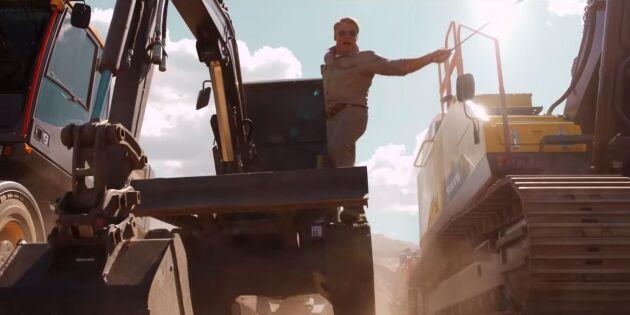 Dolph Lundgren i svettigt träningspass med grävmaskiner