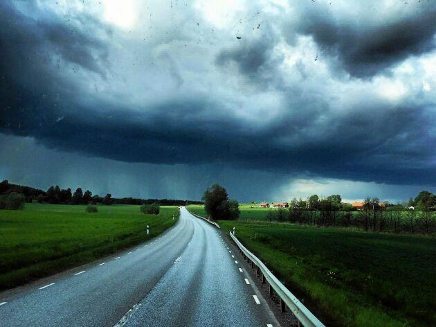 PLATS 6-10. Therese Åström i Stockholm fotograferade en hotfull molnbank över en typisk svensk landsväg. Regnet faller och samtidigt lyser solen.