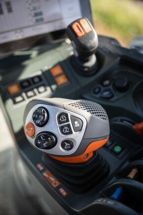 Joysticket på Claas har en speciell form men efter ett tag ligger den väl i handen. Inte mindre än 10 funktionsknappar finns för den som vill tilldela funktioner för styrning av traktor och anslutna Isobus-redskap.