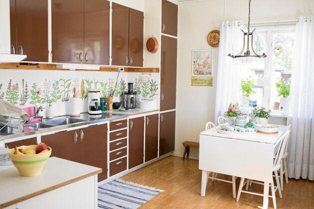Köket med sina bruna köksluckor – så typiska för tidigt 1970-tal.