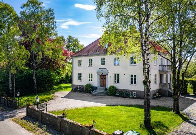 """Östra Herrestad Gård: """"Bostadens ritningar användes på flera olika byggnader som uppfördes i området på 1930-talet. Bland annat lånades ritningarna ut till Gottfrid Olsson, dåvarande ägaren till Hammenhögs frö, som lät uppföra huvudkontoret i Hammenhög efter desamma"""", skriver mäklaren på sin hemsida."""