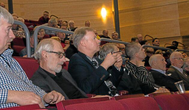"""Cirka 150 personer, av dem flera vattenkraftsägare, deltog på temadagen """"Makten över vattnet"""". I mitten syns Mats Haglund, Tidaholm, en av de flitigaste frågeställarna."""