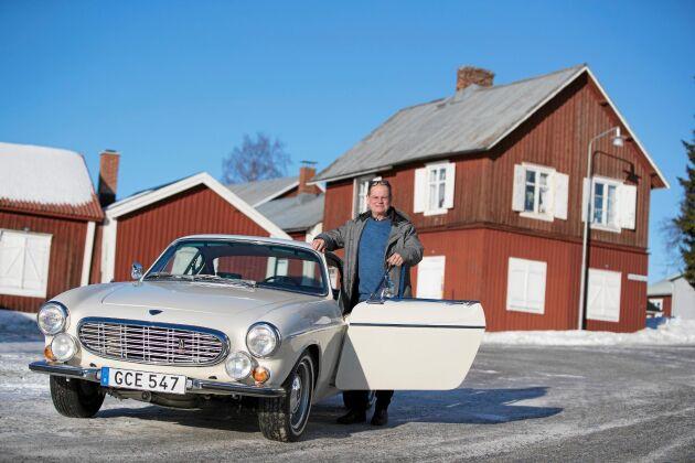 Björn Holmström med sitt eget, omhuldade exemplar av Volvos sportbil P1800.