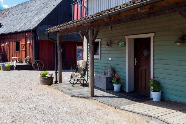 Stallet har så klart en klassisk amerikans veranda.