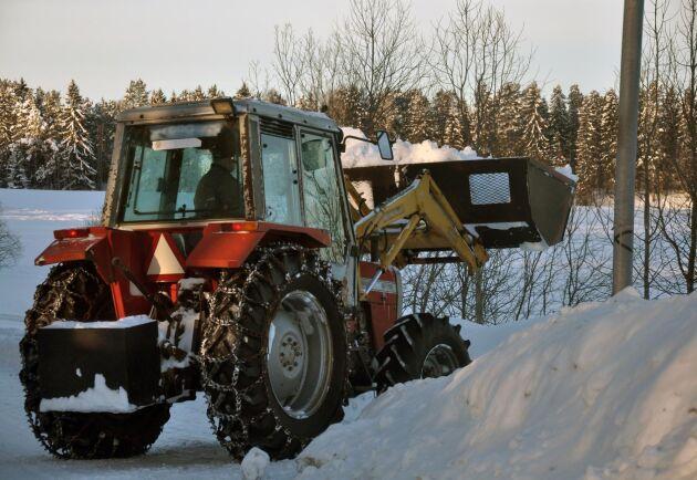 Snöröjning, snöbortforsling och halkbekämpning äter upp plånböckerna för flera kommuner.