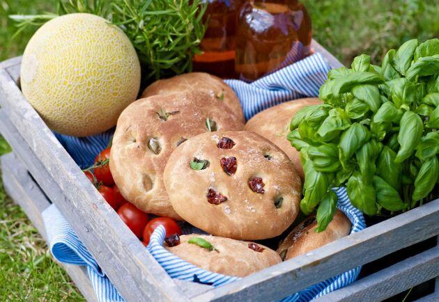 Focaccian fylls med örter, oliver och soltorkade tomater.
