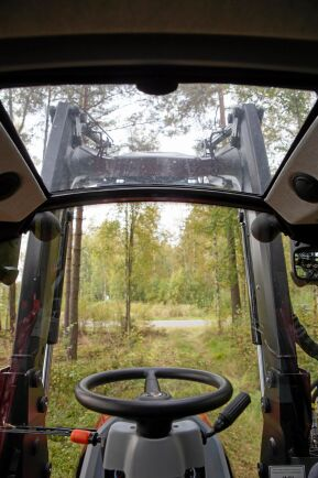 Den lilla ratten viker undan väl och gör det enkelt att vrida runt förarstolen. Sikten framåt är mycket bra tack vare den neddragna motorhuven och med frontlastaren i toppläge har man god överblick genom takfönstret.