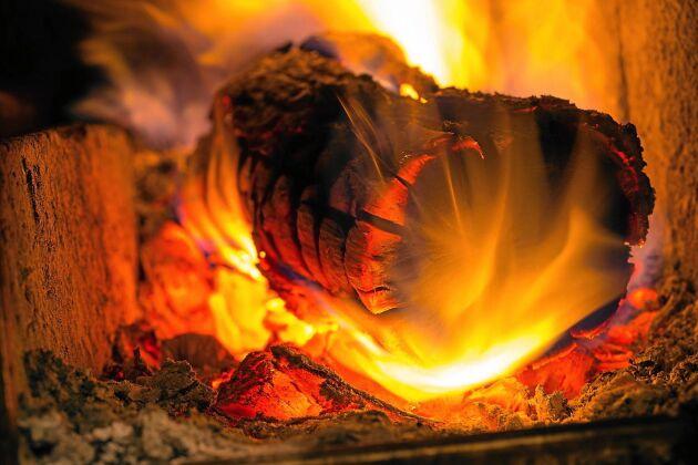 Att elda rätt, med torr ved och lagom hårt, är också bättre för miljön.