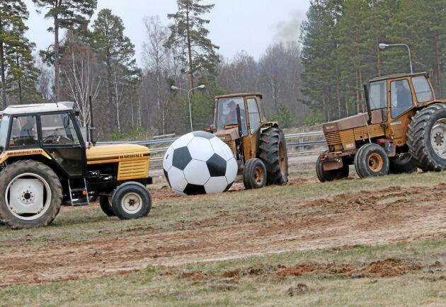 Här testas den nya sporten traktorfotboll. I sommar blir det premiärturnering.
