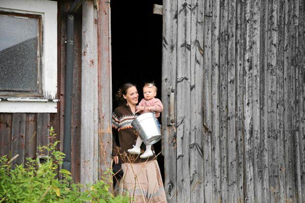 På gården kan Erika och Johan umgås med varandra och sin dotter Teyla hela dagarna.