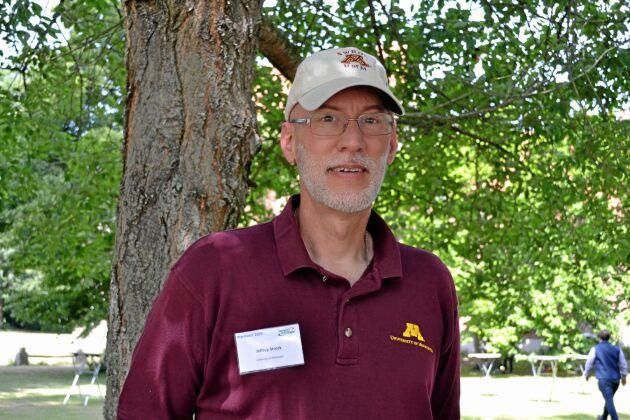 Jeffrey Strock, professor University of Minnesota, forskar kring hur man kan lagra vatten i landskapet med hjälp av dammar.