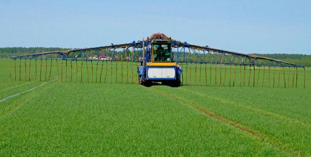 Gödseln sprids med en maskin som kallas utläggare och som kopplas till en gödselpump med en slang ut i fält. Maskinen är vanlig i Danmark, men än så länge sällsynt i Sverige.