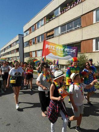 Sveriges minsta Pridefestival arrangeras av Pite älv Pride som i år hade en parad under Piteå dansar & ler.