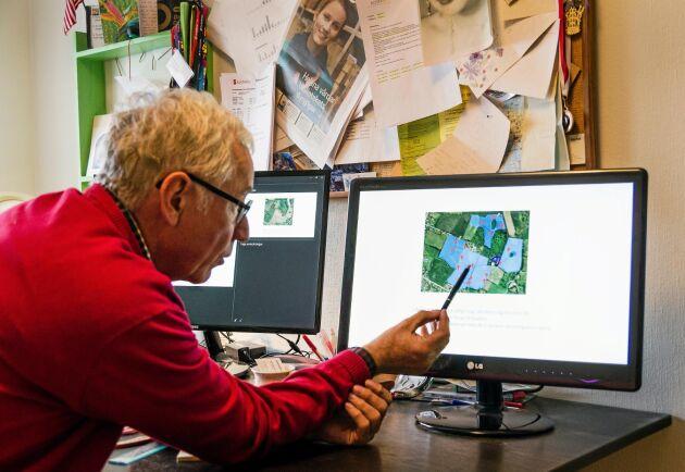 Bertil Aspernäs bestämmer vattennivåerna i slambrunnarna beroende på vilka grödor som växer i fälten.