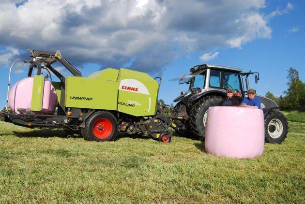 Sten och Camilla Olsson i Riala använder rosa ensilageplast .